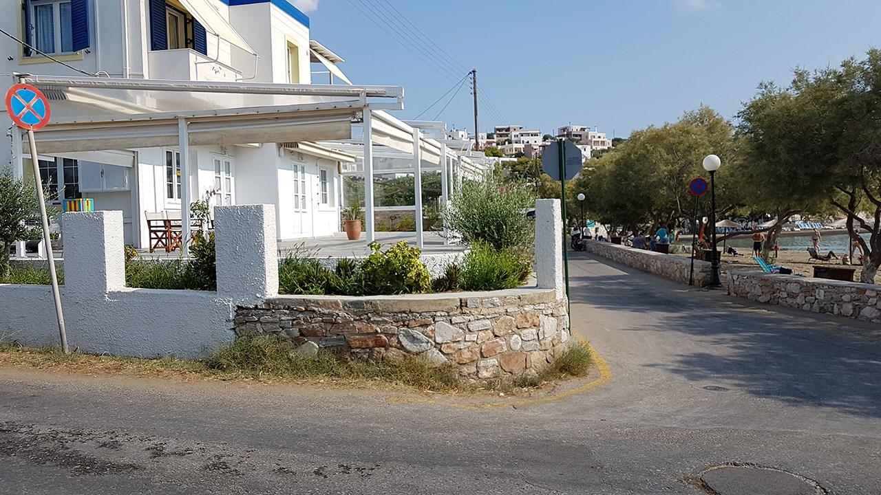 Ενοικιάζεται γωνιακό κατάστημα 92 τμ στην παραλία της Αζολίμνου