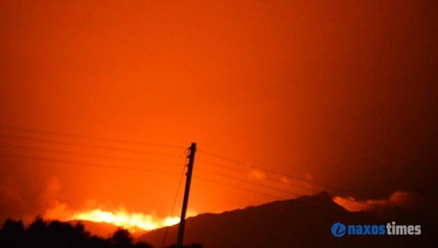 Μαίνεται ανεξέλεγκτη φωτιά στη Νάξο