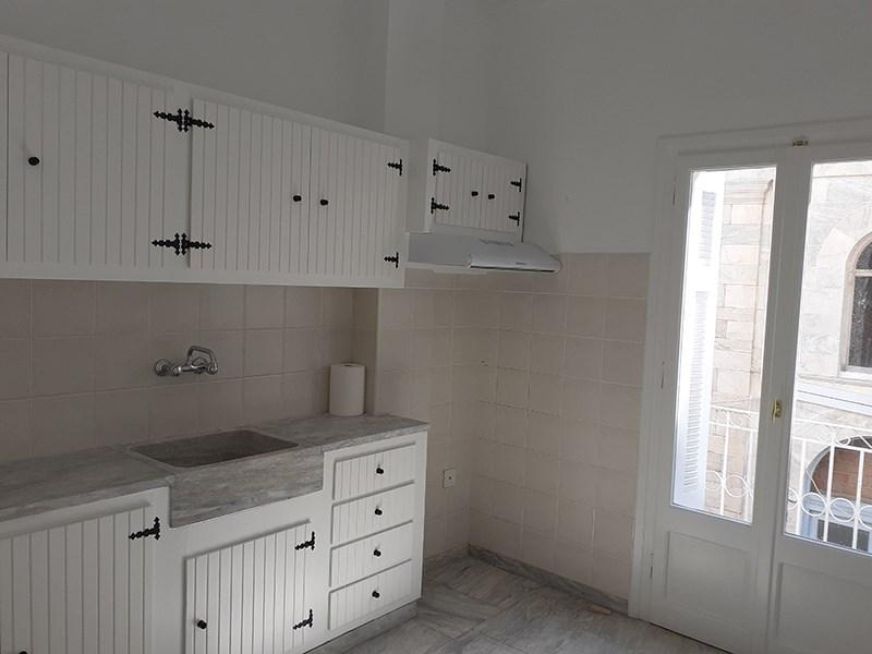 Ενοικιάζεται διαμέρισμα τριών δωματίων Α' ορόφου, πρόσφατα ανακαινισμένο, στην Ερμούπολη