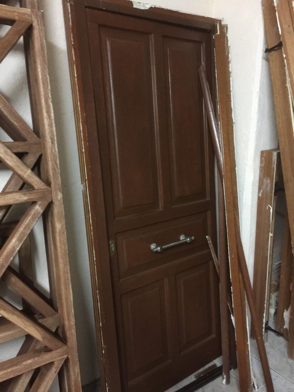 Πωλούνται: πόρτα ξύλινη, μπαλκονόπορτες, παραθυρόφυλλα και κάγκελα