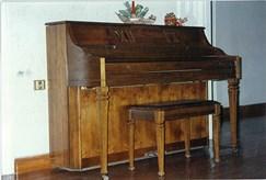 Πωλούνται παλαιά έπιπλα, πιάνο, καθρέπτες και άλλα αντικέ αντικείμενα