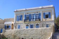 Ενοικιάζεται με το μήνα ή με την ημέρα δίχωρο διαμερισματάκι 40 τμ. στο ισόγειο νεοκλασικού κτιρίου στην Ερμούπολη