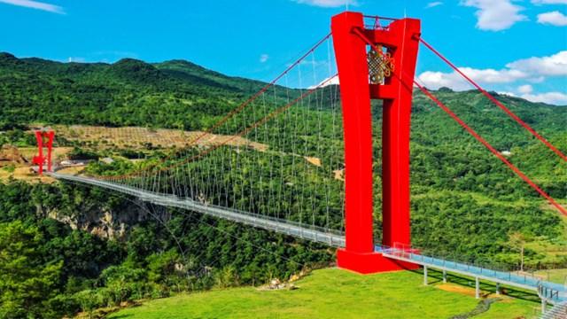 Ολοκληρώθηκε η μακρύτερη γέφυρα με υάλινο δάπεδο στον κόσμο