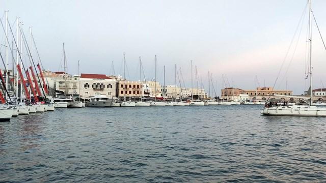 """""""Πλημμύρισε"""" με σκάφη και κόσμο το λιμάνι της Σύρου"""