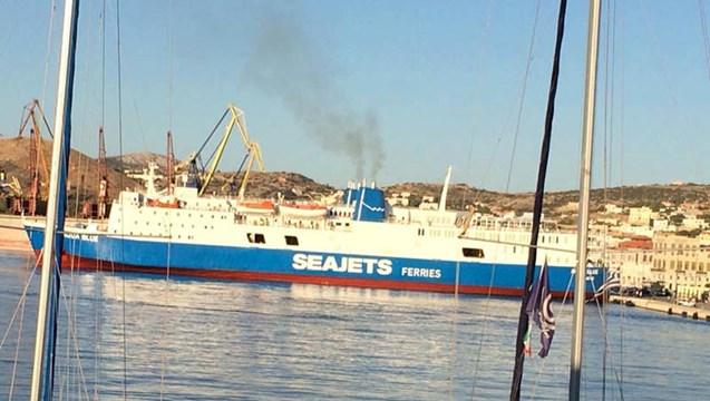 Το «Aqua Blue» στο λιμάνι της Σύρου