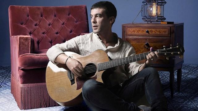 Κερδίστε μία διπλή πρόσκληση για τη μουσική παράσταση «Σ' ένα δωμάτιο με τον Μάνο Λοΐζο»