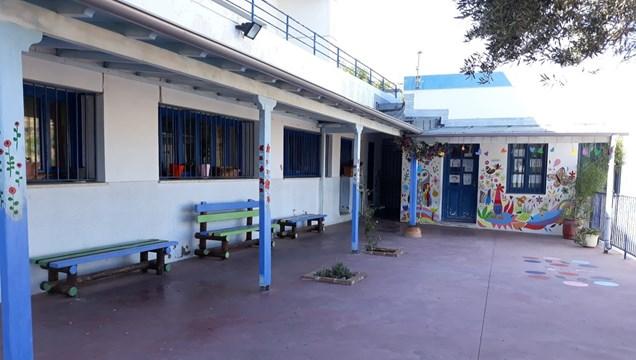 Εθελοντική διακόσμηση της αυλής του δημοτικού σχολείου Άνω Σύρου
