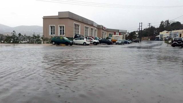 """Η έντονη βροχόπτωση μετέτρεψε σε """"λίμνες"""" αρκετά σημεία των δρόμων"""