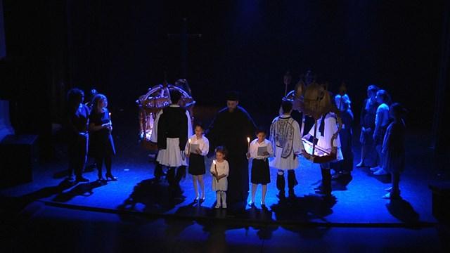 Πασχαλινά έθιμα, εκκλησιαστικοί ύμνοι και ελληνικοί χοροί