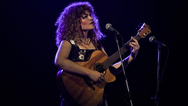 Η Ελπίδα Γαδ τραγουδάει και ταξιδεύει στις γειτονιές του κόσμου