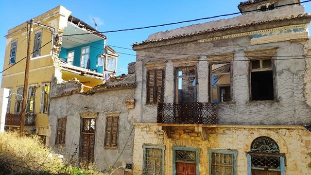 Καταρρέει η Ερμούπολη, ερημώνει ο οικισμός της Άνω Σύρου