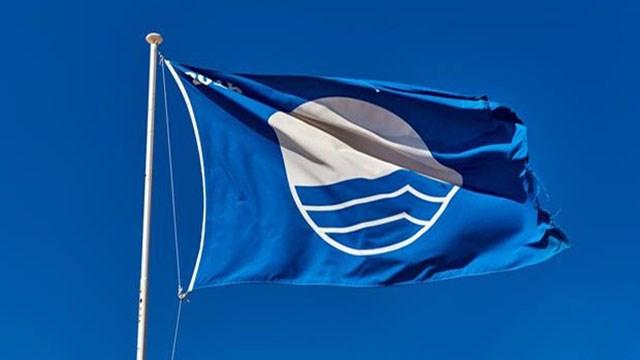 """Έξι """"Γαλάζιες Σημαίες"""" κυματίζουν στις παραλίες της Σύρου"""