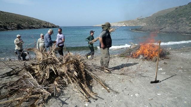 Καθαρισμός της παραλίας Γριά Σπηλιά από την Ομάδα Πεζοπόρων Σύρου
