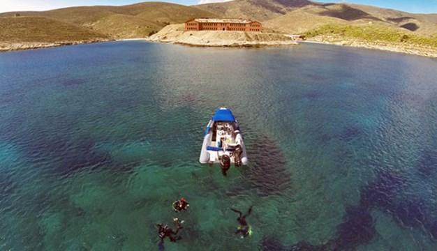Γυάρος: Βρέθηκε το σκάφος με τους δύο επιβάτες