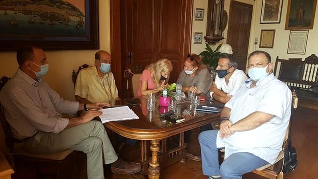 Συνάντηση του σκηνοθέτη Μανούσου Μανουσάκη με τον Δήμο Σύρου-Ερμούπολης