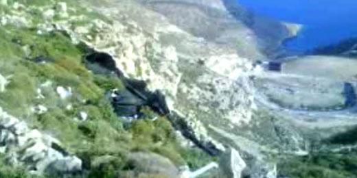 Μαύρο πλαστικό από τον ΧΥΤΑ σε περιοχή κοντά στη Σπηλιά Φερεκύδη