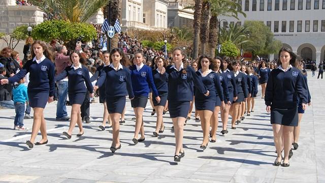Η παρέλαση της 25ης Μαρτίου στην Ερμούπολη
