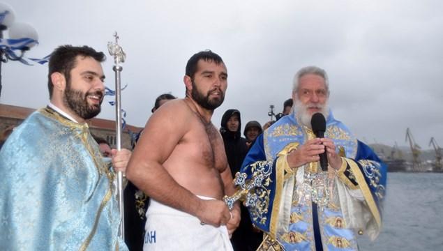Υπό αντίξοες καιρικές συνθήκες ο αγιασμός των υδάτων στην Ερμούπολη