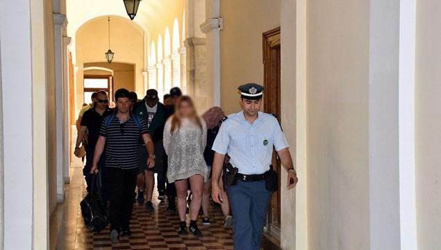 Στον Εισαγγελέα της Σύρου οι οκτώ συλληφθέντες του Ρουβίκωνα