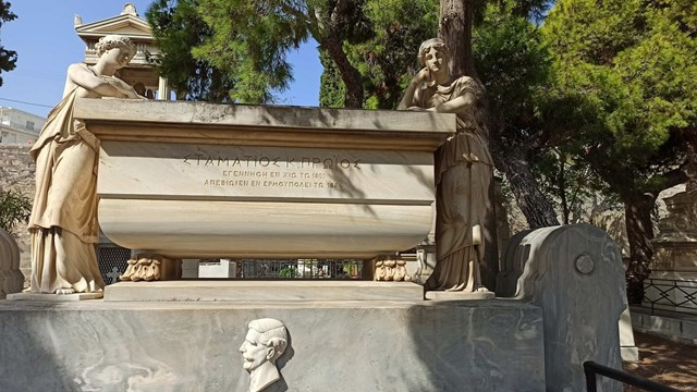 """Σύρος: """"Τα ταφικά μνημεία κινδυνεύουν με αφανισμό"""""""