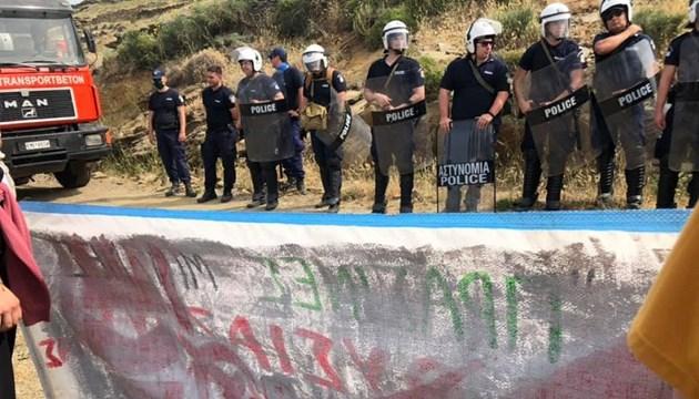 """""""Έξω οι ανεμογεννήτριες από την Τήνο. Κάτω τα χέρια από τον Τηνιακό λαό"""""""