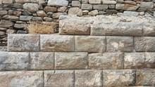 Το ξεχασμένο και παραμελημένο αρχαίο τείχος της Ακρόπολης Σύρου