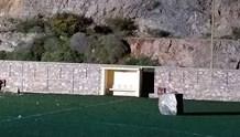 Βράχοι κατέπεσαν μέσα στον αγωνιστικό χώρο του γηπέδου Άνω Σύρου