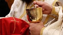 """Ιερά Σύνοδος: """"Νευρωτικοί όσοι επιμένουν ότι ο κορωνοϊός μεταδίδεται με τη Θεία Κοινωνία"""""""