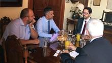 Ο Εμπορικός Σύμβουλος της Πρεσβείας των Η.Π.Α. στο Δημαρχείο της Σύρου