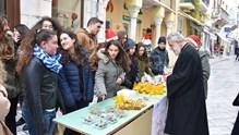 Περιοδεία αγάπης και ευχών στα καταστήματα της Σύρου