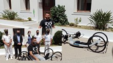 Σύρος: Ο Πάνος Ξενοκώστας δώρησε ένα καινούριο handbike στον Νίκο Ρούσσο
