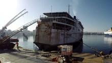 Πειραιάς: Εντυπωσιακά πλάνα από την απομάκρυνση του 'Παναγιά Τήνου'