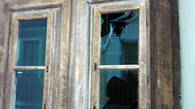 Άγνωστοι πέταξαν πέτρες στο Δημαρχείο Ερμούπολης