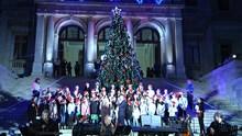 Άναψε το Χριστουγεννιάτικο δέντρο στην πλατεία Μιαούλη